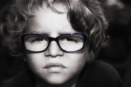 dieťa s okuliarami